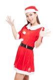 Asiatisk julflicka med Santa Claus kläder Royaltyfria Foton
