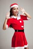 Asiatisk julflicka med Santa Claus kläder Royaltyfri Bild