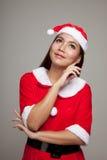 Asiatisk julflicka med Santa Claus kläder Royaltyfri Fotografi