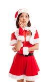 Asiatisk julflicka med Santa Claus kläder Arkivbild