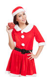 Asiatisk julflicka med Santa Claus kläder och den röda gåvaasken Arkivfoton