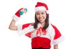 Asiatisk julflicka med Santa Claus kläder och den röda hanteln Arkivfoton