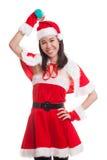 Asiatisk julflicka med Santa Claus kläder och den röda hanteln Royaltyfri Bild