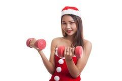 Asiatisk julflicka med Santa Claus kläder och röda hantlar Royaltyfria Foton