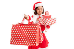 Asiatisk julSanta Claus flicka med den shoppingpåsar och gåvan royaltyfri bild