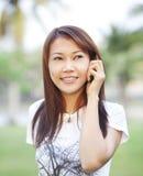 asiatisk kallande flickamobiltelefon Arkivbild
