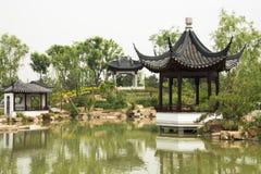 Asiatisk kines, antika byggnader, paviljonger, trädgårds- landskap royaltyfri foto