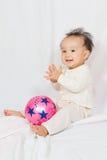 Asiatisk kines behandla som ett barn att le royaltyfri bild