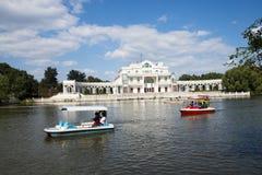 Asiatisk kines, Peking, Chaoyang parkerar, de europeiska stilbyggnaderna, sjön, kryssning som är scenisk Arkivbild