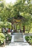 Asiatisk kines, Peking, Ditan parkerar, hälsoträdgården, paviljong Arkivbild