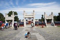 Asiatisk kines, Peking, Tiantan parkerar, det runda kullealtaret, historiska byggnader Arkivfoton