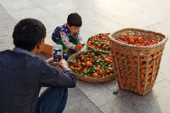 Asiatisk kinesisk faderfors på mobiltelefonkamera hans dotter Arkivbild
