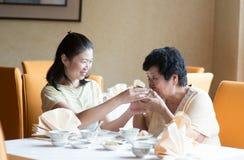 Asiatisk kinesisk familj som har mål Arkivbild