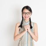 Asiatisk kinesisk flickahälsning Arkivfoto