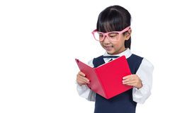 Asiatisk kinesisk grundskola för barn mellan 5 och 11 årflicka i enhetlig läsebok Arkivfoton