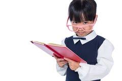 Asiatisk kinesisk grundskola för barn mellan 5 och 11 årflicka i enhetlig läsebok Arkivbilder