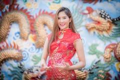 Asiatisk kinesisk kvinna i traditionell kines royaltyfria foton