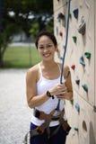 Asiatisk kinesisk kvinna i utomhus- rockclimb Royaltyfri Fotografi