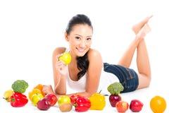 Asiatisk kinesisk kvinna som äter frukt Arkivfoton