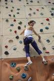 Asiatisk kinesisk kvinna som ser ner från rockwallen Arkivbilder