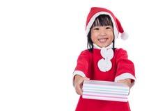 Asiatisk kinesisk liten flicka i ask för gåva för santa dräkt hållande Arkivbilder