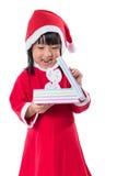 Asiatisk kinesisk liten flicka i ask för gåva för santa dräkt hållande Arkivfoton
