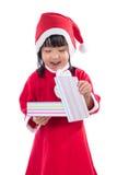 Asiatisk kinesisk liten flicka i ask för gåva för santa dräkt hållande Royaltyfria Bilder