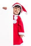 Asiatisk kinesisk liten flicka i meddelande för mellanrum för santa dräktinnehav Arkivfoton