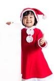 Asiatisk kinesisk liten flicka i meddelande för mellanrum för santa dräktinnehav Royaltyfria Bilder