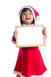 Asiatisk kinesisk liten flicka i meddelande för mellanrum för santa dräktinnehav Arkivbilder