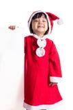 Asiatisk kinesisk liten flicka i meddelande för mellanrum för santa dräktinnehav Fotografering för Bildbyråer