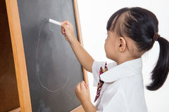 Asiatisk kinesisk liten flickateckning på svart tavla Royaltyfri Foto