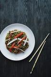 asiatisk kokkonst Cellofannudlar som dekoreras med gr?nsaker, gr?splaner Funchoza Riktig n?ring sund mat ovanf?r sikt royaltyfri foto