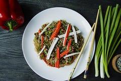 asiatisk kokkonst Cellofannudlar som dekoreras med gr?nsaker, gr?splaner Funchoza Riktig n?ring sund mat ovanf?r sikt arkivfoton
