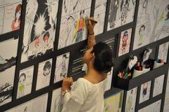 Asiatisk komiker för kvinnamålningmanga arkivbild