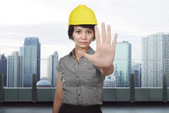 Asiatisk konstruktionskvinna med handstoppgest Royaltyfri Fotografi