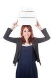 Asiatisk kontorsflicka som är lycklig med 3 askar över hennes huvud Royaltyfri Foto