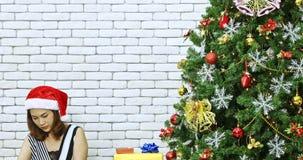 Asiatisk kvinna dekorerad liten julgran lager videofilmer