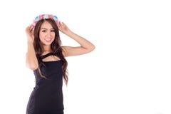 Asiatisk kvinna för attraktivt leende med blommahatten Royaltyfri Fotografi