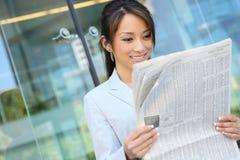 asiatisk kvinna för avläsning för affärstidning Royaltyfri Foto