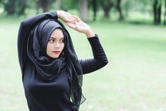 Asiatisk kvinna för härliga unga muslim som gör övning, innan att köra royaltyfria bilder