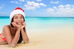 Asiatisk kvinna för jultomtenhattjul på den tropiska stranden Arkivbilder