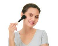 Asiatisk kvinna för mellersta ålder med sminkborsten. fotografering för bildbyråer