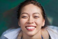 Asiatisk kvinna i lopp för semester för hotellsimbassäng avslappnande, ung flicka som tycker om Spa royaltyfri fotografi