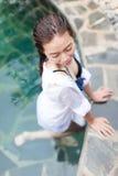 Asiatisk kvinna i lopp för semester för hotellsimbassäng avslappnande, ung flicka som tycker om Spa royaltyfri bild