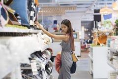 Asiatisk kvinna i shopping Lycklig kvinna med shoppingpåsar som tycker om Royaltyfria Foton
