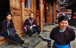 Asiatisk kvinna i traditionella, nationella etniska dräkter av Dong pe Royaltyfria Bilder
