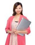 Asiatisk kvinna med anteckningsbokdatoren Arkivfoton