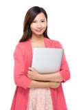 Asiatisk kvinna med bärbar datordatoren Royaltyfri Bild