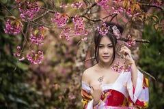 Asiatisk kvinna med den japanska kimonot Arkivfoto